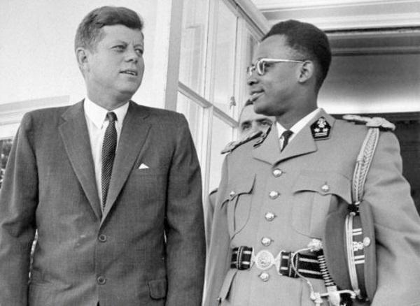 J.F. Kennedy e Mobutu alla Casa Bianca nel 1963 (fonte globeistan.com).