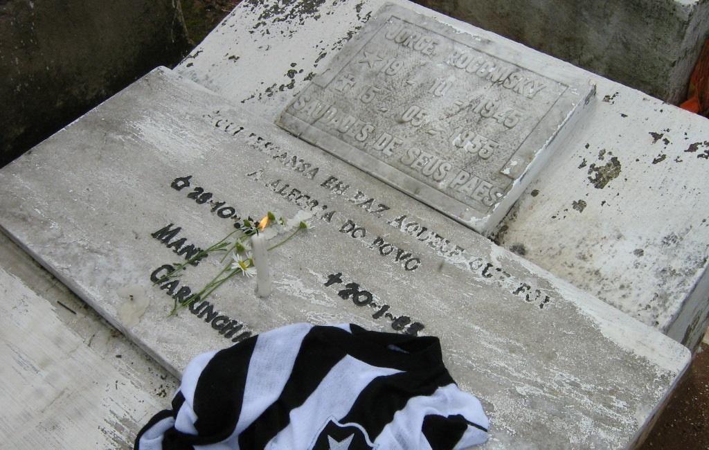 La maglia del Botafogo sulla tomba di Garrincha a Pau Grande.