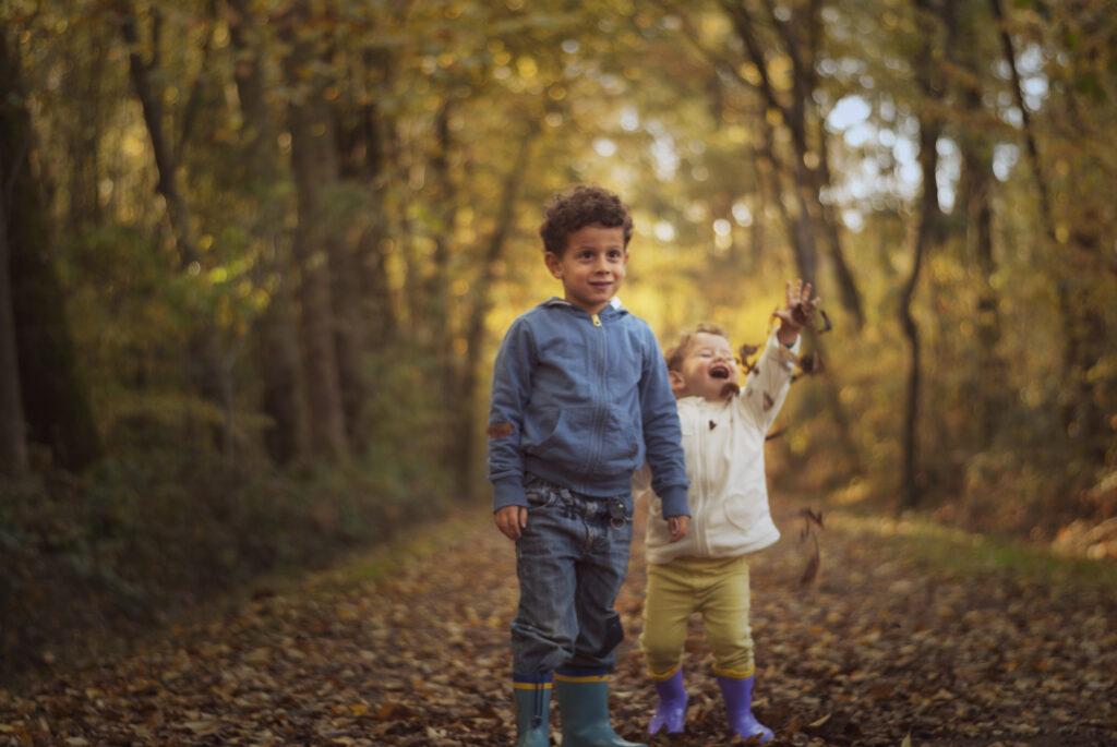 Bambini tra foglie autunnali